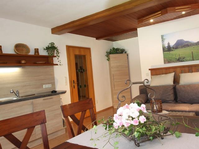 Küchenzeile und Esstisch  Ferienwohnung Inzell-Gräbeldinger
