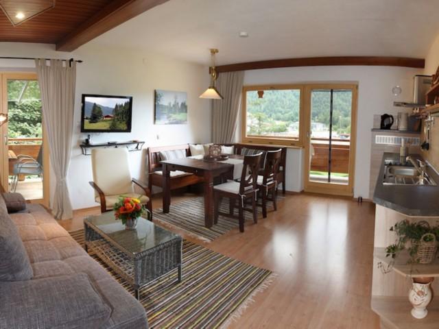 Wohnraum mit Küchenzeile  Ferienwohnung Inzell-Gräbeldinger
